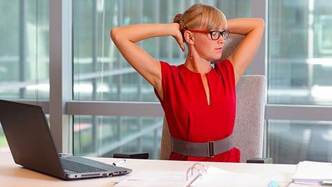 Les bonnes postures à adopter au travail et à la maison