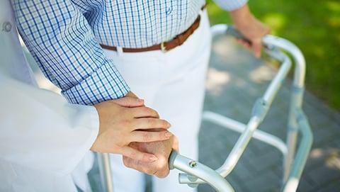 Aider un proche dépendant : comment faire financièrement ?