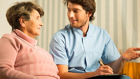 Comment organiser l'aide d'un senior dépendant ?